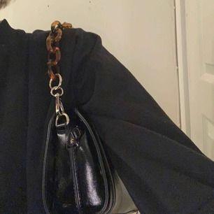 """Snygg väska med """"kedja"""" Säljs pga att den inte kommer till användning då jag har väldigt många väskor"""