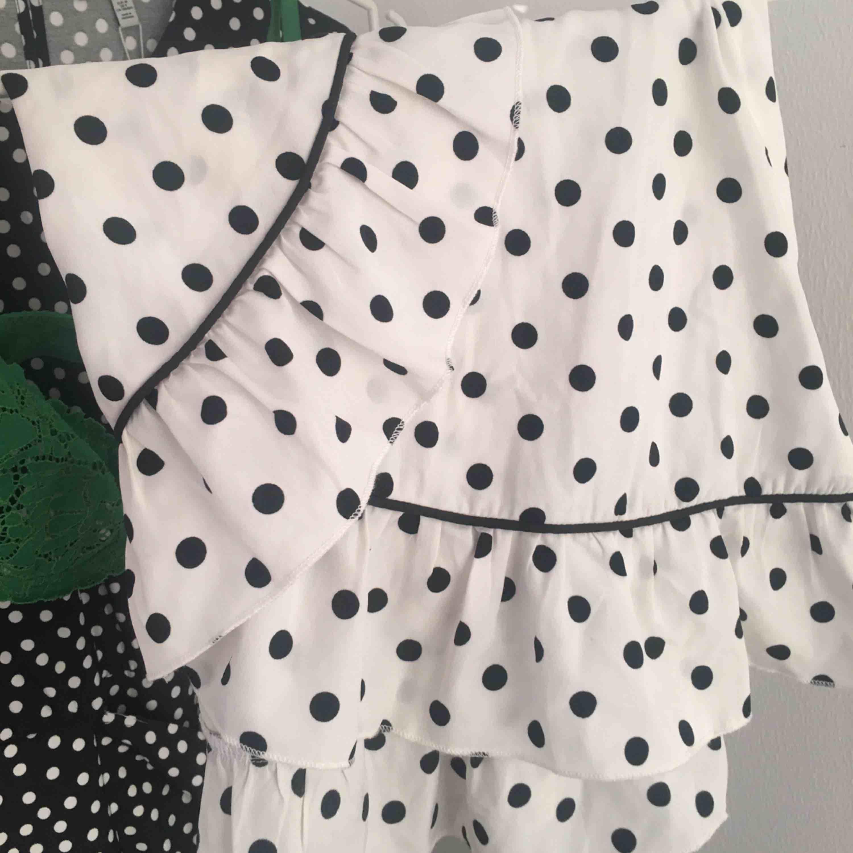 Suuuuuperfin minikjol från NAKD, älskar denna!!! Endast använd en gång! Frakt tillkommer💚. Kjolar.