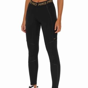 Nike tights i svart med gulddetaljer med tillhörande linne, knappt använda. Mycket skönt material, Stl S. Frakt tillkommer med 50kr.