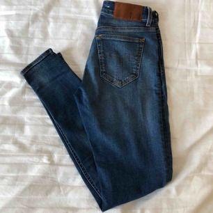"""Ett par blåa midwaist-jeans från Tiger of Sweden, modell """"slight"""". Använda mindre än 5 gånger. Nypris 1500 kr.  Startpris: 250 kr Köpare står för frakt :)"""