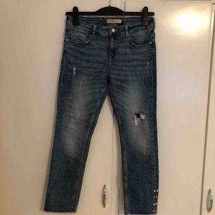 Knappt använda jeans från Zara köpta sommaren 2018. Säljer dessa då de är för små. Tar bara emot Swish och kan mötas upp i södra Stockholm, annars tillkommer fraktkostnad.