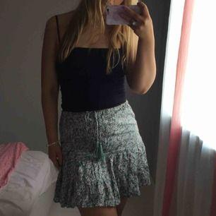 Söt kjol från Princess Polly. Storlek m. Aldrig använd pga lite för tajt på mig. Ev frakt betalas av köparen.