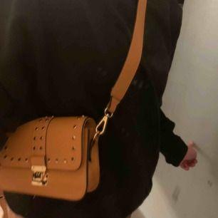 Super snygg senapsgul väska säljs pga att jag har väldigt många väskor och helt enkelt inte får någon användning utav den