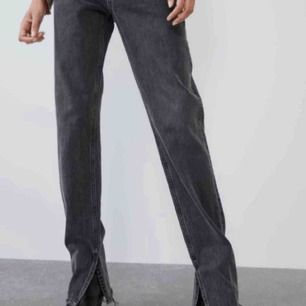 Säljer dessa populära, slutsålda jeans från Zara! Köpte men var tyvärr för små:/ Ursnygga och passar en 34⚡️⚡️