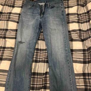 Levis jeans i Stl W.36 L.30! Har ett hål på ena benet (inget jag gjort utan det är meningen haha). Säljes pga att den ej kommer till användning. Fint skick. Fraktar eller möts upp på lidingö! Kram