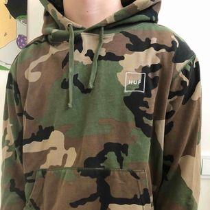 Säljer en HUF hoodie i camouflage. Den är lite tunnare i materialet. Den är väl använd men inte alls sliten utan i bra skick. Säljer pga den inte kommer till användning.  Frakt:63 kr