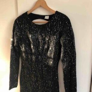 Oanvänd party klänning med glitter
