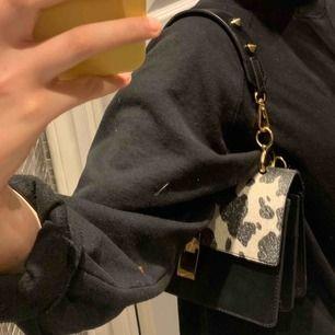 svart & vit väska med ko liknande mönster  säljs pga att jag har väldigt många väskor och helt enkelt inte får någon användning utav den