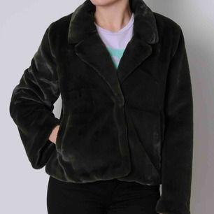 Rensar garderoben: Minimum fuskpäls jacka inköpt på MQ för 999kr för ett år sedan. Använd en gång. Fin mörkgrön färg. Köparen står för frakten, kan även mötas upp mellan Vällingby och Brommaplan