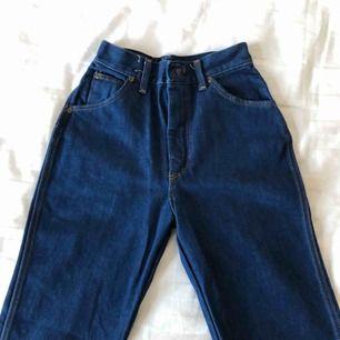 """Dark wash vintage jeans från Urban Outfitters vintageavdelning i New York, märke """"Sledgefield"""". Strl står ej men små i midjan och """"figursydda"""". Ankel-långa, """"frayed edges"""", lite vida i vaderna. Bra skick.  Startpris: 250 kr Köpare står för frakt :)"""