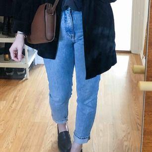 Rensar garderoben: säljer min absoluta favoritjeans som har blivit för små. De är från Monki, modell Kimomo mid blue jeans. Köpta för 400kr. Mycket använda men i fint skick. Köparen står för frakten. Kan även mötas mellan Vällingby och Brommaplan
