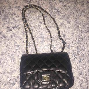 Aldrig använd har bara legat undan jätte fin svart guld väska frakt tillkommer🥰