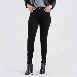 Säljer ett par av mina favorit jeans. Från Levis, modell 721 high-whisten skinny jeans. uppsydda i benen pga att jag är 160cm lång. Världens skönaste jeans. Köpta för 999kr. Köparen står för frakten, kan även mötas upp mellan Vällingby och Brommaplan