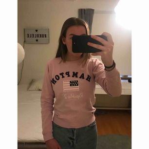 Jättefin rosa tröja från KappAhl i märket Hampton Republic. Väldigt fint skick, knappt använd. Snygg med t.ex en jeansjacka ovanpå! Frakt tillkommer🚚