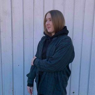 En rutig skjorta som passar perfekt att ha över en vanlig tröja, hoodie eller precis som den är.