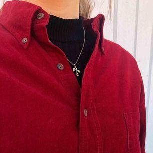 Röd skjorta i manchestertyg, jättesnygg både att bära både stängd och öppen med en tröja under🥰