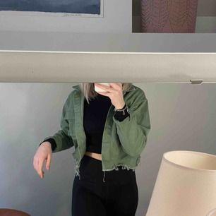 En snygg grön jacka ifrån boohoo, säljer då den itne kommer till användning