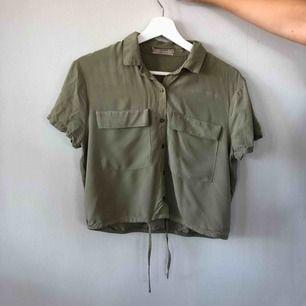 Skjorta från PULL&BEAR. Bra skicka & snygg grön färg med knyte nedtill! Frakt tillkommer :)