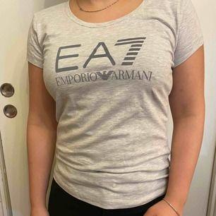 """Helt ny Armani tröja med etikett. Grå med """"reflex"""" text. AAA kopia."""