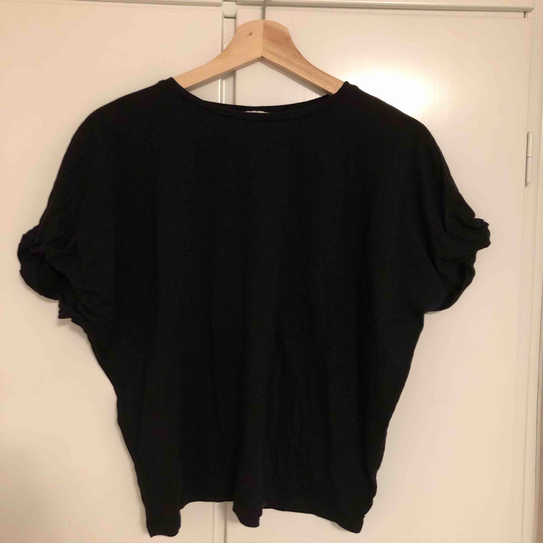 Tar bara emot Swish och kan mötas upp i södra Stockholm annars tillkommer fraktkostnad.. T-shirts.