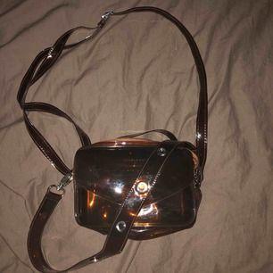 Cool och fin väska från Daniel Silfen. Om jag inte har helt fel säljs inte dessa väskor längre. Man kan förminska bandet samt ett kortare band till med snygga metalhål i!!!  Frakt tillkommer