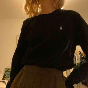 Äkta Ralph lauren tröja använd endast 1-2 gånger! Därför i helt nyskick!😁 Killmodell men tycker den sitter asnajs även på tjejer