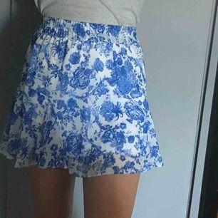 Säljer denna supersöta kjol som är perfekt till sommaren! Kjolen är från gina och är i fint skick. Är 158 cm lång och ni ser längden på mig på bilderna! Hör av er om ni undrar något
