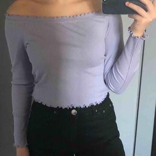 Snygg off-shoulder tröja från gina som aldrig kommit till användning. Storlek M men passar hyfsat på mig som har storlek XS/S. 100 kr med frakt inräknat