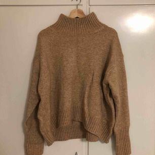 Säljer denna knappt använda tröjan då den är för stor för mig. Tar bara emot Swish och kan mötas upp i södra Stockholm annars tillkommer fraktkostnad.