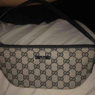 En snygg Gucci handväska som troligen är fake. Men jag skulle inte säga att den ser fake ut! Skit snygg och sparsamt använd.