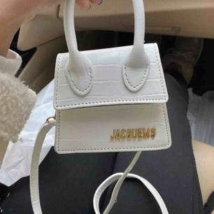 Säljer mina fina gulliga populära JACQUEMUS väskor ej ÄKTA !  ( 500 kr by one ) Bloggers första val  Köparen står för frakten 💜