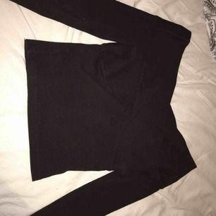 Svart omlott tröja från Bikbok. Storlek XS, använd 2 gånger.
