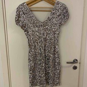 Begagnad paljettklänning med bra stretch. Finns ett inre tyg som man kan se på bild 3. Använd ett flertal gånger.