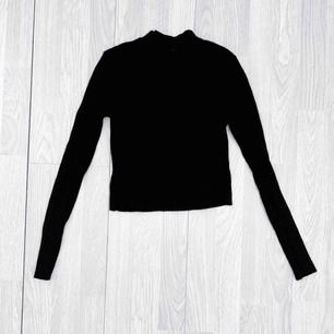 Ribbad cropped tröja från Bikbok storlek XS i använt men bra skick.  Möts upp i Stockholm eller fraktar.  Frakt kostar 59kr extra, postar med videobevis/bildbevis. Jag garanterar en snabb pålitlig affär!✨