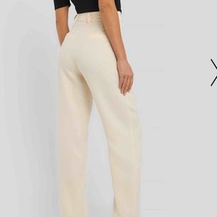 Säljer dessa super fina helt oanvända kostymbyxor i en ljus beige färg från NAKD med raka ben, lappar och taggar finns kvar. Säljer pga att jag inte tycker att jag passar i dom. Storlek 36 Originalpris är 500kr