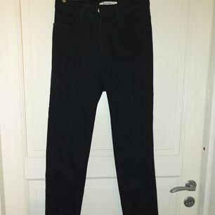 Svarta jeans med slits från NAKD i storlek 36. Oanvända. Skriv gärna ifall ni har frågor eller vill ha fler bilder ❤