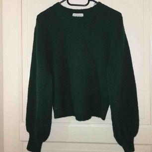 Stickad mörkgrön tröja ifrån & other stories. Storlek S. Skriv gärna om ni har frågor eller vill ha fler bilder❤️