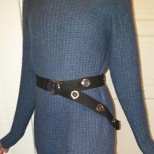Blå stickad klänning från Boohoo i storlek S. Använd en gång. Kan användas som stickad tröja också. Skriv gärna ifall ni har några frågor eller vill ha fler bilder ❤