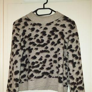 Stickad tröja från H&M i leopard mönster, storlek XS. Använd ett fåtal gånger. Skriv gärna ifall ni har frågor eller vill ha fler bilder ❤