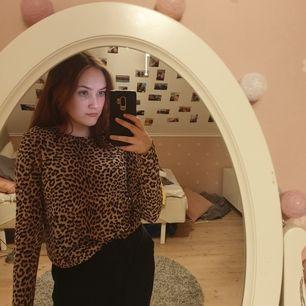 Leopardtröja från gina tricot. Modellen är lång men är även mycket fin när man viker in den. Storlek M men passar mig som är XS/S