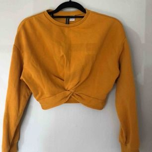 Senapsgul tröja från H&M. Slutar ovanför naveln på mig som är 158 cm.  Frakt tillkommer:)