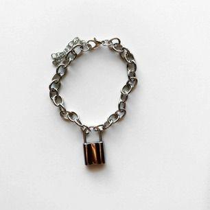 Silverfärgat kedjearmband med lås! 🤍🤍