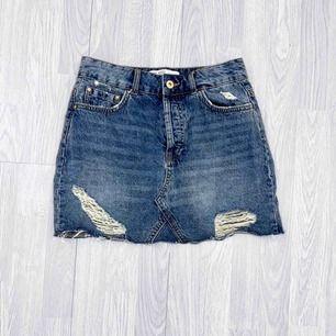 Blå jeanskjol från Zara storlek XS i fint skick.  Möts upp i Stockholm eller fraktar.  Frakt kostar 59kr extra, postar med videobevis/bildbevis. Jag garanterar en snabb pålitlig affär!✨