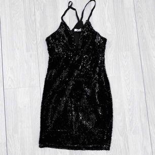Svart klänning med paljetter från NLY One storlek S i fint skick.  Möts upp i Stockholm eller fraktar.  Frakt kostar 59kr extra, postar med videobevis/bildbevis. Jag garanterar en snabb pålitlig affär!✨