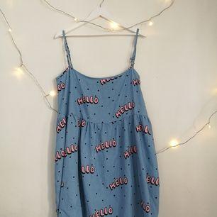Säljer min laxy oaf klänning pga för stor för mig. Köpte den på depop. Storlek M/L samt oversized, den har fickor i sidorna 👍  Tar helst emot swish!