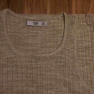Glittrigt linne från Mango! Inköpt i Paris för ca 1 år sedan, använt 2gr.