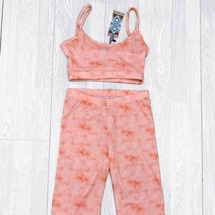 NYTT rosa set (Croptop + cykelbyxor) från Boohoo storlek 36. Nypris $40 + frakt.  Möts upp i Stockholm eller fraktar.  Frakt kostar 42kr extra, postar med videobevis/bildbevis. Jag garanterar en snabb pålitlig affär!✨