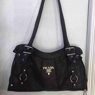Vintage Prada väska i bra skick! Skriv för mer bilder Högsta bud gäller
