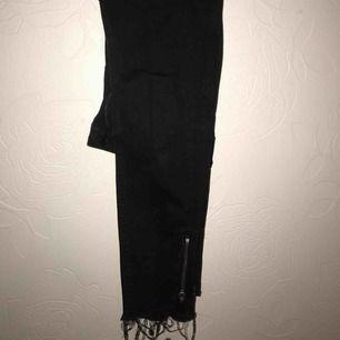 Såå fina svarta jeans från lager 157. Knappt  använda! Fint nere vid anklarna då det är avklippta med en kedja.