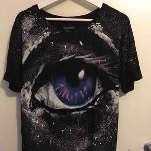 """""""Wearable art from Berlin"""" Storlek L. Har använts som en T-shirt klänning för storlek M. Köpt på marknad i Berlin, one of a kind. Använd några gånger, hittar inga tecken på att vara ner nött eller liknande. Maskin tvättbar i 40 grader Nypris var på ca €45"""